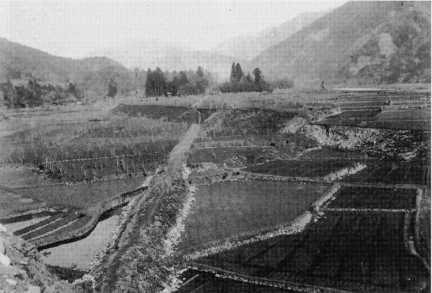 濃尾地震と根尾谷断層: 水鳥断層崖の写真